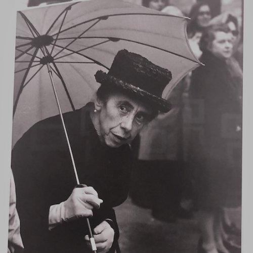 Martine Franck - >Dame au chapeau